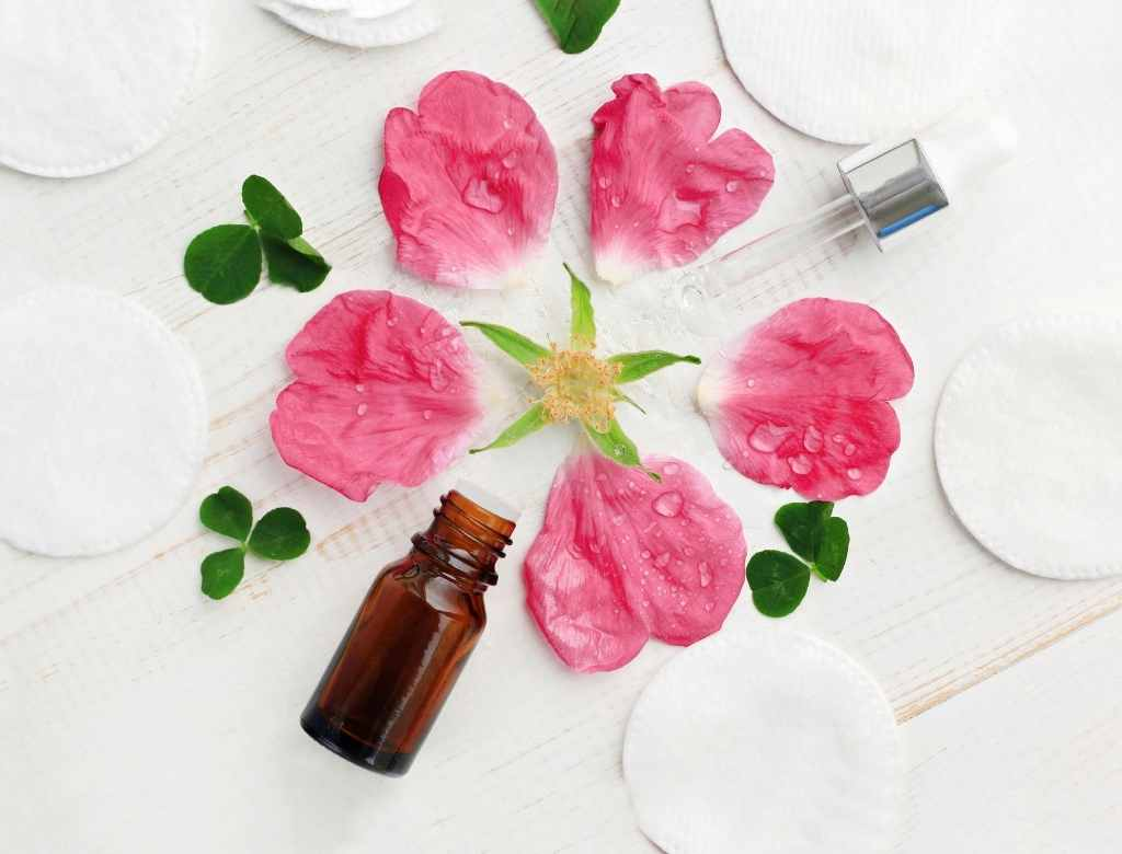 beneficios de la rosa damacena